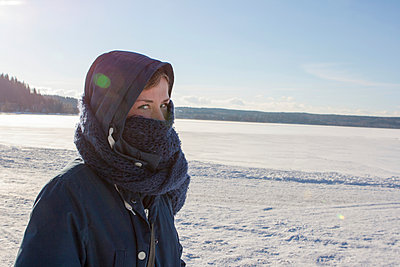 Walk in the cold - p703m907673 by Anna Stumpf