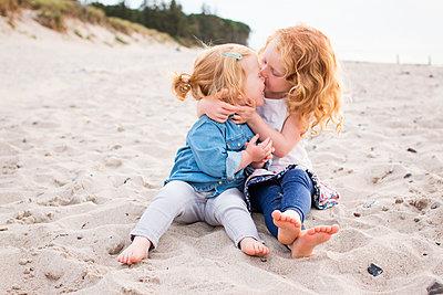 Geschwister am Strand - p796m1558680 von Andrea Gottowik