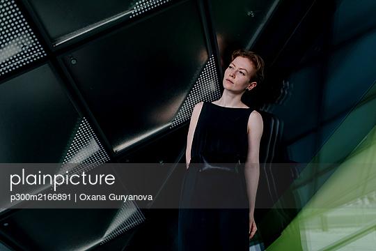 Portrait of urban red-haired woman - p300m2166891 by Oxana Guryanova