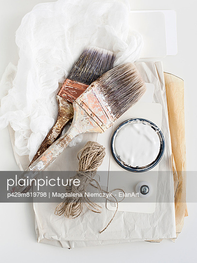 Still life of decorating brushes and string - p429m819798 by Magdalena Niemczyk - ElanArt