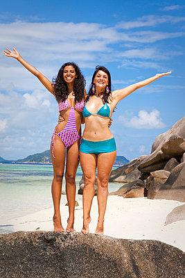 Female friends on the beach - p0452513 by Jasmin Sander
