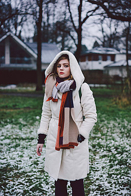 Junge Frau vor Anwesen I - p1184m1120079 von brabanski