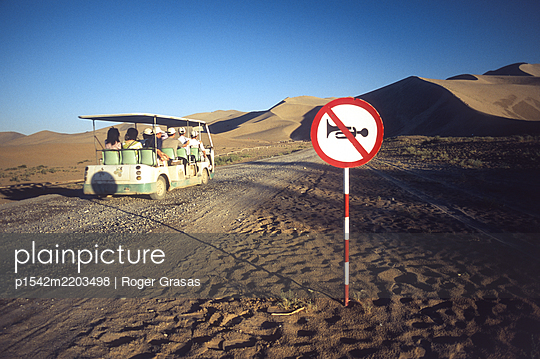 China, Sign with a Horn signal in Gobi desert - p1542m2203498 by Roger Grasas