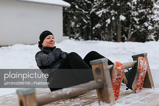 Woman exercising at winter - p312m2299705 by Plattform
