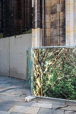 Absperrung vor Kirche - p1319m2031075 von Christian A. Werner