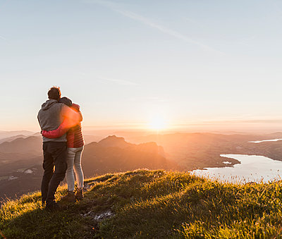 Austria, Salzkammergut, Couple standing on mountain summit, enjoying the view - p300m2013226 by Uwe Umstätter