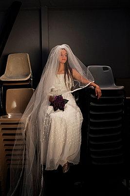 Bride waiting  - p1521m2081637 by Charlotte Zobel