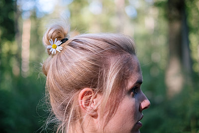 Young woman with daisy flower in her hair - p1600m2230797 by Ole Spata