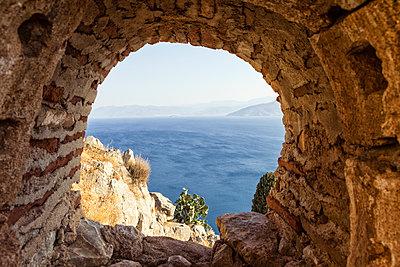 Greece, Peloponnese, Argolis, Nauplia, View through window of Palamidi Fortress to Argolic Gulf - p300m1580765 von Maria Maar