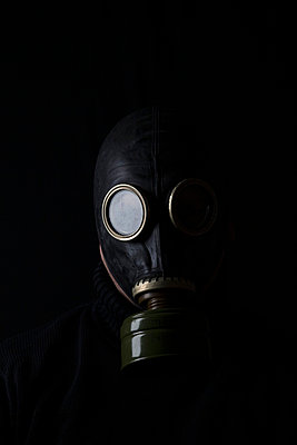 Mann mit Gasmaske - p3300424 von Harald Braun