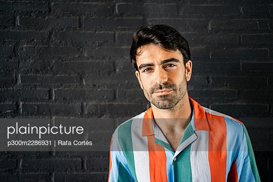 Spain, Valencian Community, Valencia. Portraits modern man with longboard - p300m2286931 von Rafa Cortés