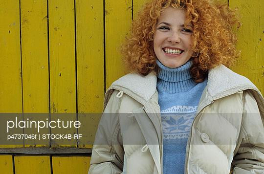 Junge Frau mit roten - p4737046f von STOCK4B-RF
