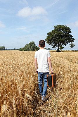 Boy leaving - p045m853228 by Jasmin Sander