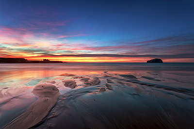 UK, Scotland, East Lothian, Bass Rock and Tantallon Castle at sunset from Seacliff beach - p300m1449265 by Scott Masterton
