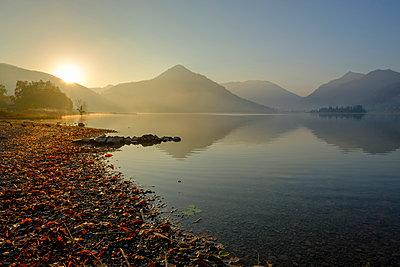 Germany, Upper Bavaria, Lake Schliersee, morning mood at spa park - p300m2070367 von Lisa und Wilfried Bahnmüller