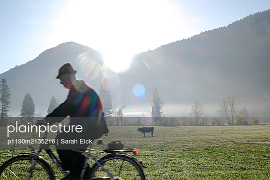 Radfahrer am Morgen - p1190m2135216 von Sarah Eick