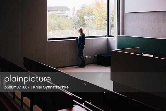 Blonde Studentin im Hörsaal am Fenster - p586m971607 von Kniel Synnatzschke
