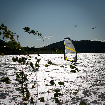 Windsurfing on the lake - p1513m2043883 by ESTELLE FENECH
