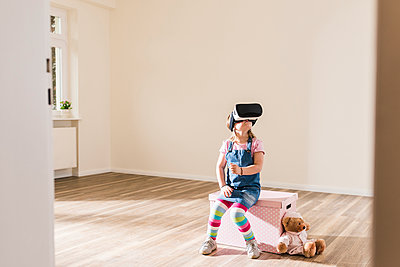 Girl in empty apartment wearing VR glasses - p300m1460619 by Uwe Umstätter