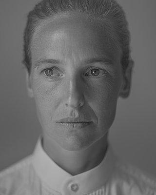 Porträt einer traurigen Frau - p552m2229168 von Leander Hopf
