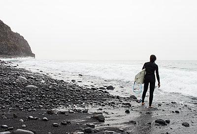 Female Surfer - p608m1116287 by Jens Nieth
