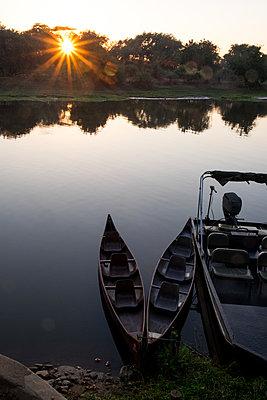 Sonnenuntergang im Südluangwa-Nationalpark - p842m1538211 von Renée Del Missier