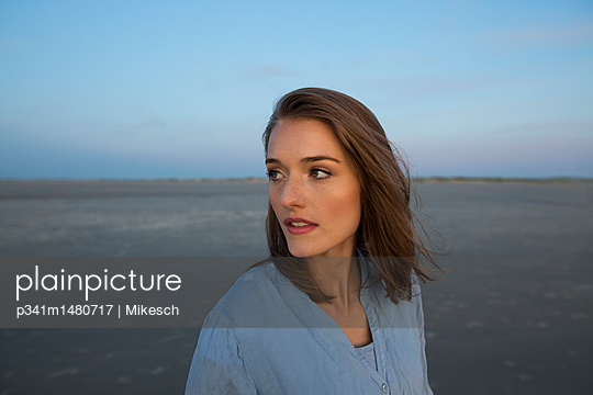 Young woman looking sideways - p341m1480717 by Mikesch