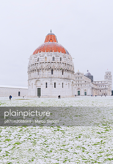 Baptistery, Cathedral and Leaning Tower on a snowy day, UNESCO World Heritage Site, Pisa, Tuscany, Italy - p871m2068569 by Marco Simoni