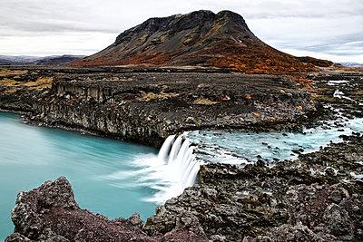 Wasserfall an der Felsküste, Island - p1643m2229393 von janice mersiovsky