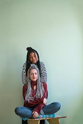 Zwei junge Frauen als Freundinnen mit Haarverlängerung - p427m2063915 von Ralf Mohr