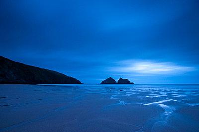 UK, Cornwall, Holywell Bay, Holywell Beach and Carters or Gulls Rocks - p6511084 by Alan Copson