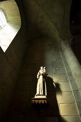 Statue in a church - p813m1131952 by B.Jaubert