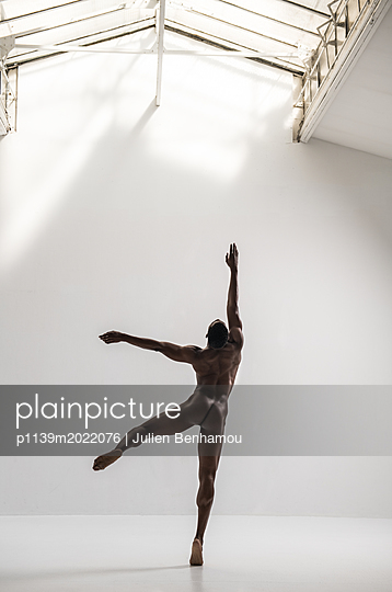 Nackter Tänzer - p1139m2022076 von Julien Benhamou