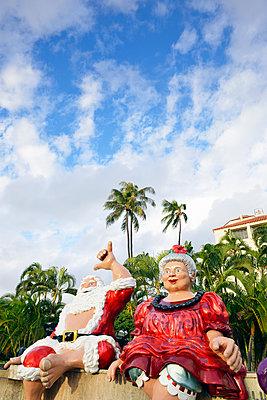 Weihnachtsmann mit Frau unter Palmen,  Hang Loose, Hawaii - p1196m1128161 von Biederbick & Rumpf