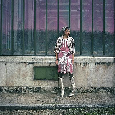 Girl wearing a pink flashy sparkling dress - p1610m2186031 by myriam tirler