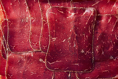 View from above sliced, air-dried Buendnerfleisch meat - p301m2149024 by Norman Posselt