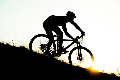 Man riding mountain bike in nature in the Bologna countryside, Italy - p307m937564f by Maurizio Borsari