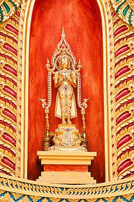 Goldener Buddha vor rotem Hintergrund - p1273m1496190 von melanka