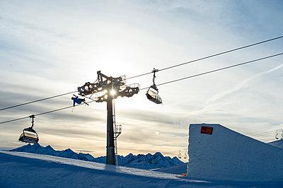 Skier jumping over big kicker in fun park, Betterpark, Kaltenbach, Zillertal, Austria - p1316m1202845 by Michael Neumann