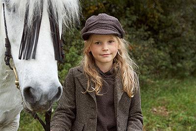 Mädchen mit weißem Pony - p1348m1215645 von HANDKE + NEU