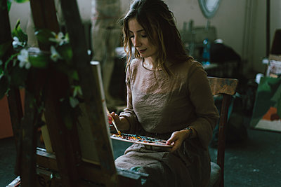 Woman painting on canvas in art studio - p1427m2202242 by Kateryna Soroka