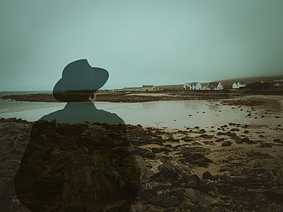 Ireland, Man with hat on the beach - p1681m2263269 by Juan Alfonso Solis