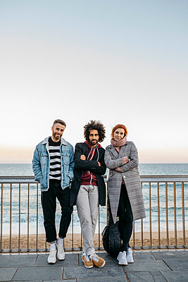 Portrait of three friends standing at the sea - p300m2083406 by Josep Rovirosa