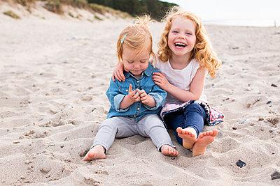 Geschwister am Strand - p796m1558679 von Andrea Gottowik