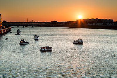 Great Britain, Shoreham-by-Sea, Sunrise by the sea - p1516m2158238 by Philip Bedford
