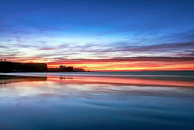 UK, Scotland, East Lothian, Tantallon Castle at sunset from Seacliff beach - p300m1449495 by Scott Masterton