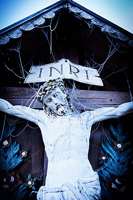 Kruzifix im Winter - p1149m1193358 von Yvonne Röder