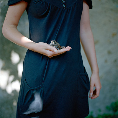 Woman holding bird in hand - p1468m1528596 by Philippe Leroux