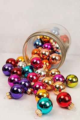 Fallen glass with small Christmas balls - p451m2133731 by Anja Weber-Decker