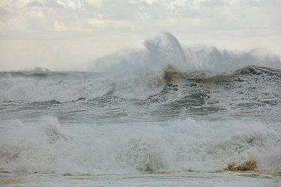 Brechende Wellen am Strand von Nazaré - p719m2081948 von Rudi Sebastian